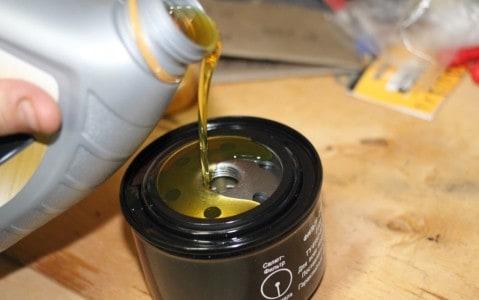 Заливаем масло в фильтр и смазываем уплотнительное кольцо