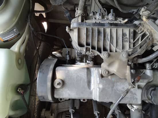 Снимаем декоративную крышку двигателя