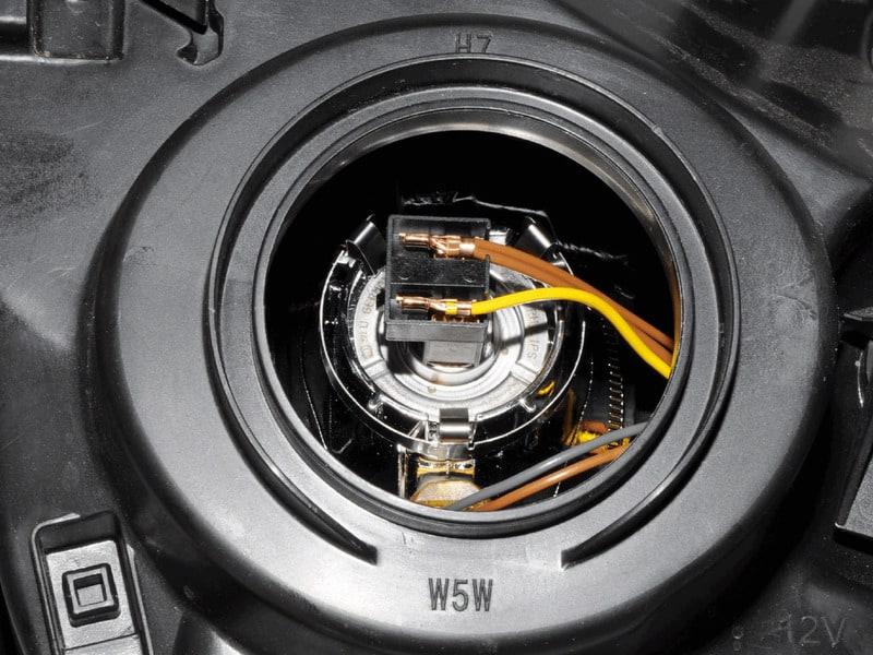 Как заменить лампочку ближнего света на Рено Дастер?