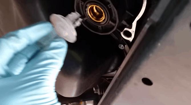Как заменить масло в двигателе Тойота Рав 4?