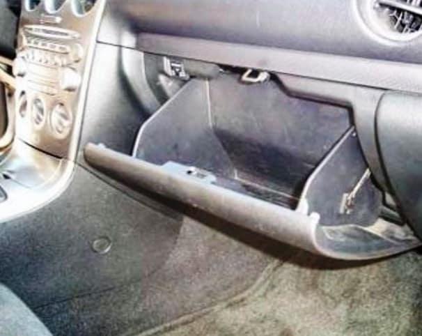 Как заменить салонный фильтр в Mazda 6?
