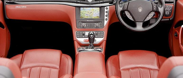 красные сидения авто