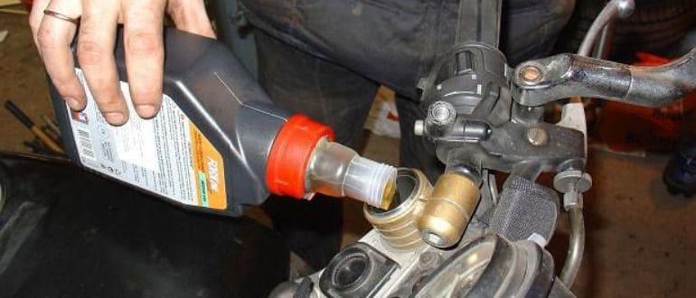 Автомобильное масло в мопед
