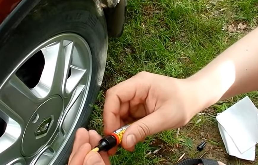 Как удалить царапины автомобиля маркером шаг 1